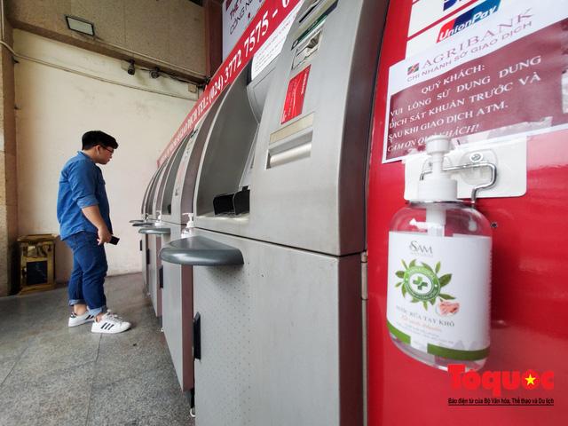 Trang bị nước rửa tay sát khuẩn cho cây ATM phòng dịch Covid - 19 - Ảnh 7.
