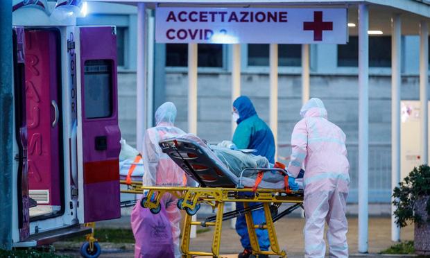 Kinh nghiệm xương máu của bác sĩ Italy: Chống dịch Covid-19 như chiến tranh, ai chiến đấu phải hết sức thận trọng, những người khác hãy cố thủ trong nhà - Ảnh 1.