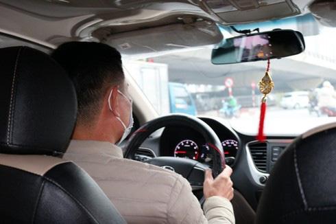 Giật mình thon thót giữa mùa dịch, tài xế taxi vẫn không dám từ chối đón khách - Ảnh 1.