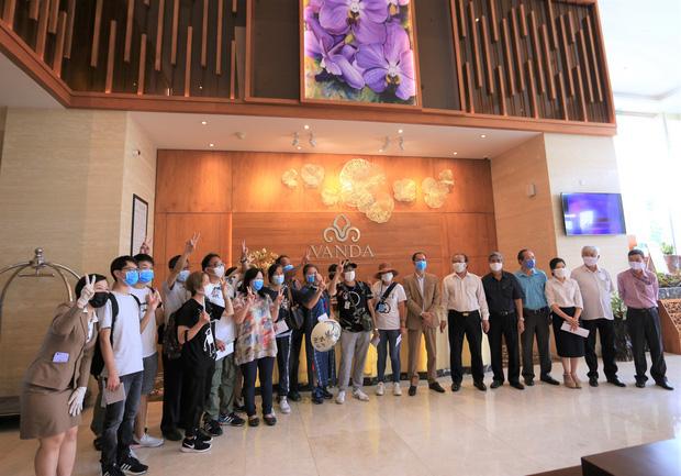Du khách nước ngoài vui mừng rời khu cách ly ở Đà Nẵng: Cảm ơn các bạn, chúng tôi sẽ quay lại vào một ngày thuận lợi hơn - Ảnh 2.