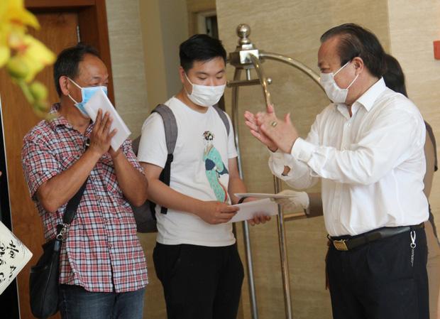 Du khách nước ngoài vui mừng rời khu cách ly ở Đà Nẵng: Cảm ơn các bạn, chúng tôi sẽ quay lại vào một ngày thuận lợi hơn - Ảnh 3.