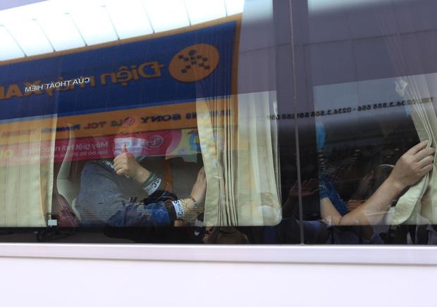 Du khách nước ngoài vui mừng rời khu cách ly ở Đà Nẵng: Cảm ơn các bạn, chúng tôi sẽ quay lại vào một ngày thuận lợi hơn - Ảnh 12.