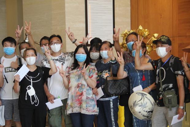 Du khách nước ngoài vui mừng rời khu cách ly ở Đà Nẵng: Cảm ơn các bạn, chúng tôi sẽ quay lại vào một ngày thuận lợi hơn - Ảnh 4.