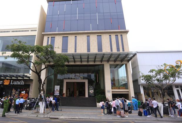 Du khách nước ngoài vui mừng rời khu cách ly ở Đà Nẵng: Cảm ơn các bạn, chúng tôi sẽ quay lại vào một ngày thuận lợi hơn - Ảnh 5.