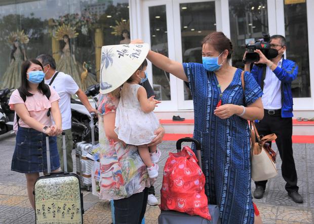 Du khách nước ngoài vui mừng rời khu cách ly ở Đà Nẵng: Cảm ơn các bạn, chúng tôi sẽ quay lại vào một ngày thuận lợi hơn - Ảnh 10.