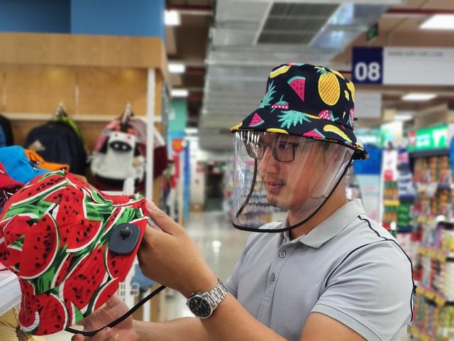 """Sau khẩu trang và nước rửa tay, đến lượt """"mũ chống dịch"""" cũng cháy hàng ở các siêu thị, cửa hàng - Ảnh 1."""