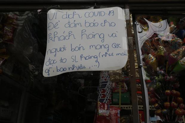 Ảnh: Chủ cửa hàng sống gần khu phố cách ly ở Hà Nội tung chiêu độc để phòng chống dịch Covid-19 - Ảnh 12.