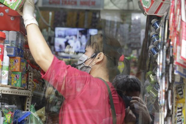 Ảnh: Chủ cửa hàng sống gần khu phố cách ly ở Hà Nội tung chiêu độc để phòng chống dịch Covid-19 - Ảnh 15.