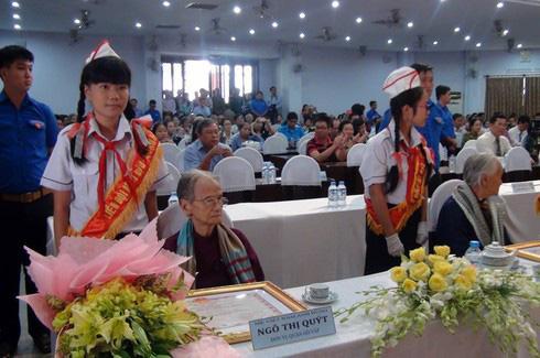 Mẹ Việt Nam anh hùng 95 tuổi may khẩu trang hỗ trợ phòng dịch Covid-19 - Ảnh 3.