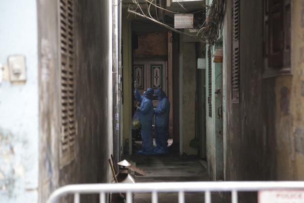 Ảnh: Chủ cửa hàng sống gần khu phố cách ly ở Hà Nội tung chiêu độc để phòng chống dịch Covid-19 - Ảnh 6.