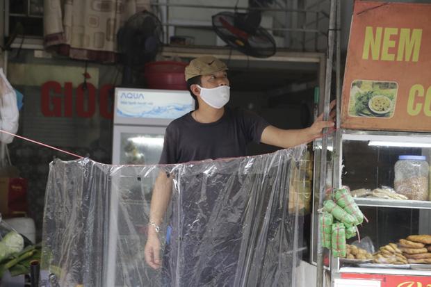 Ảnh: Chủ cửa hàng sống gần khu phố cách ly ở Hà Nội tung chiêu độc để phòng chống dịch Covid-19 - Ảnh 7.