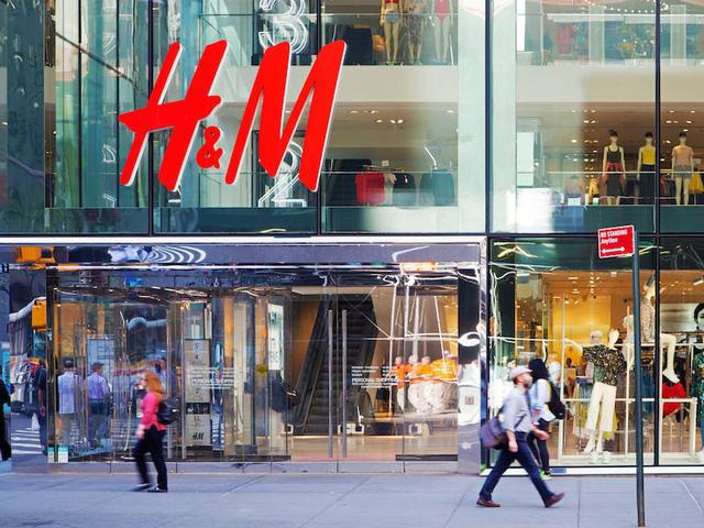 Giữa bão Covid-19, gã khổng lồ thời trang H&M chuyển hướng sản xuất khẩu trang, đồ bảo hộ và găng tay - Ảnh 1.