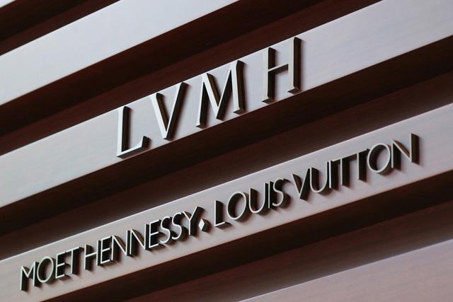 Giữa bão Covid-19, gã khổng lồ thời trang H&M chuyển hướng sản xuất khẩu trang, đồ bảo hộ và găng tay - Ảnh 2.