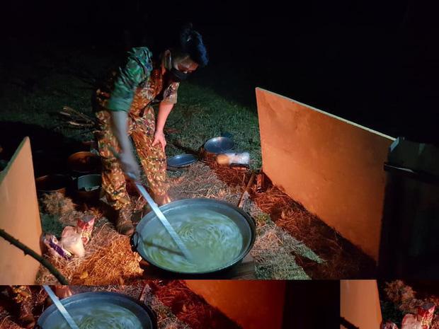 Bữa ăn khuya đơn giản mà ấm áp sau 1 ngày dài căng mình trong khu cách ly của các chiến sĩ: Nồi cháo trắng, gói bim bim cùng chai nước lọc - Ảnh 1.