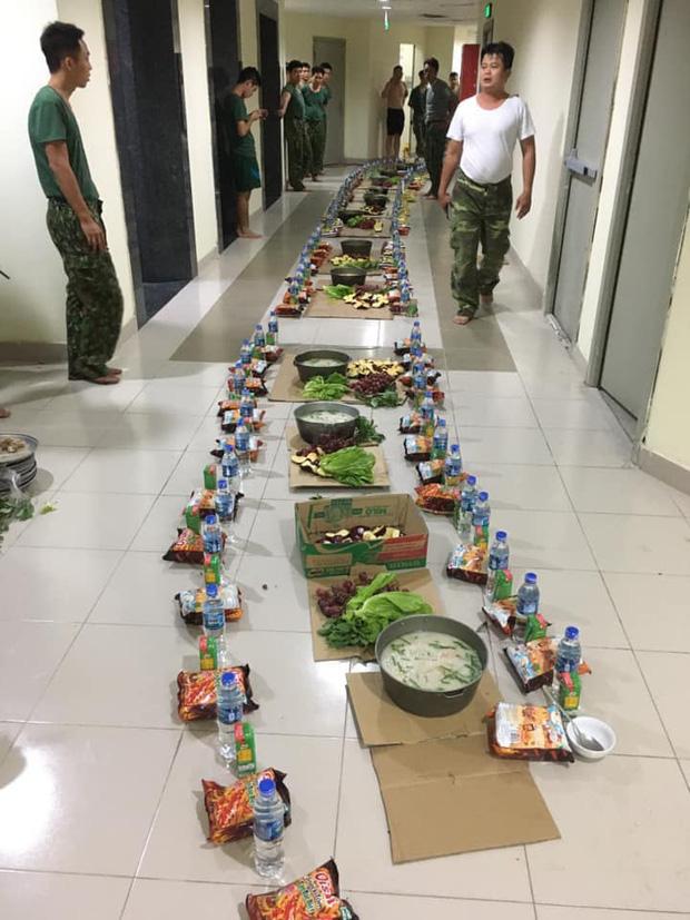 Bữa ăn khuya đơn giản mà ấm áp sau 1 ngày dài căng mình trong khu cách ly của các chiến sĩ: Nồi cháo trắng, gói bim bim cùng chai nước lọc - Ảnh 2.