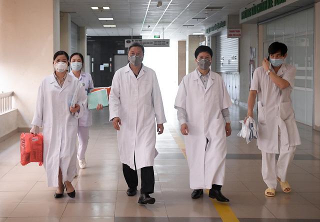 Ảnh: Thứ trưởng Bộ Y tế vào tận phòng cách ly thăm hỏi, động viên bệnh nhân mắc COVID-19 - Ảnh 1.