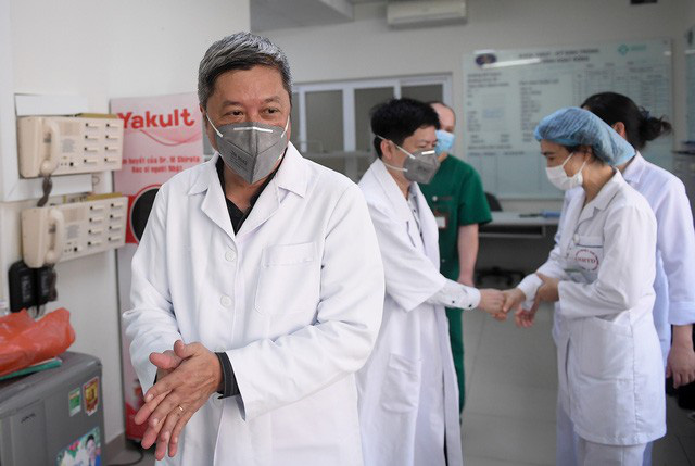 Ảnh: Thứ trưởng Bộ Y tế vào tận phòng cách ly thăm hỏi, động viên bệnh nhân mắc COVID-19 - Ảnh 2.