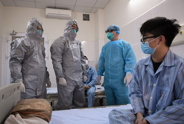 Ảnh: Thứ trưởng Bộ Y tế vào tận phòng cách ly thăm hỏi, động viên bệnh nhân mắc COVID-19 - Ảnh 11.