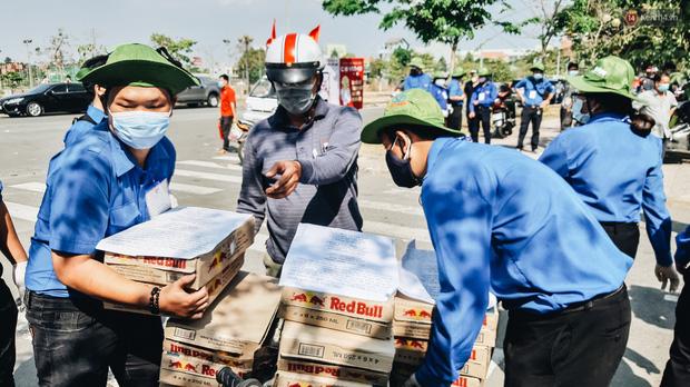 Người cách ly ở KTX âm thầm mua sữa tặng các anh dân quân tự vệ để cảm ơn vì ngày đêm chuyển hàng viện trợ - Ảnh 14.
