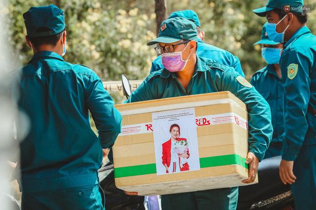 Người cách ly ở KTX âm thầm mua sữa tặng các anh dân quân tự vệ để cảm ơn vì ngày đêm chuyển hàng viện trợ - Ảnh 3.