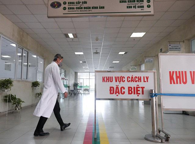 Ảnh: Thứ trưởng Bộ Y tế vào tận phòng cách ly thăm hỏi, động viên bệnh nhân mắc COVID-19 - Ảnh 3.