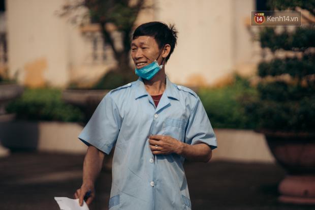 Chùm ảnh xúc động buổi chia tay tại khu cách ly: Người đến người đi, chỉ có các cô chú nhân viên vẫn ở lại chống dịch - Ảnh 7.