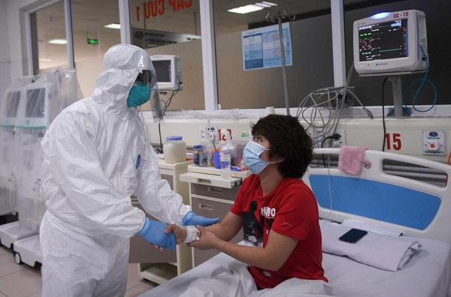 Ảnh: Thứ trưởng Bộ Y tế vào tận phòng cách ly thăm hỏi, động viên bệnh nhân mắc COVID-19 - Ảnh 7.