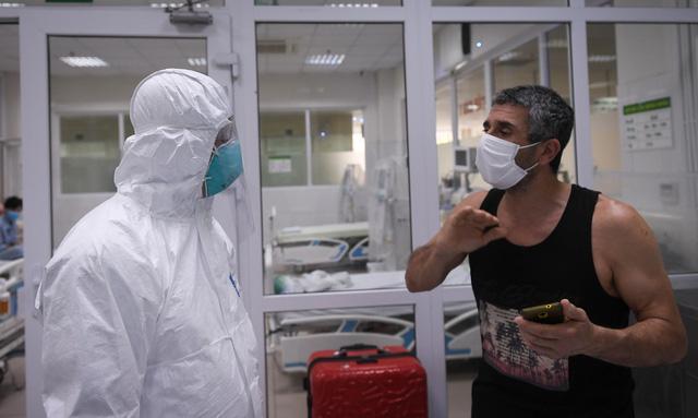 Ảnh: Thứ trưởng Bộ Y tế vào tận phòng cách ly thăm hỏi, động viên bệnh nhân mắc COVID-19 - Ảnh 8.