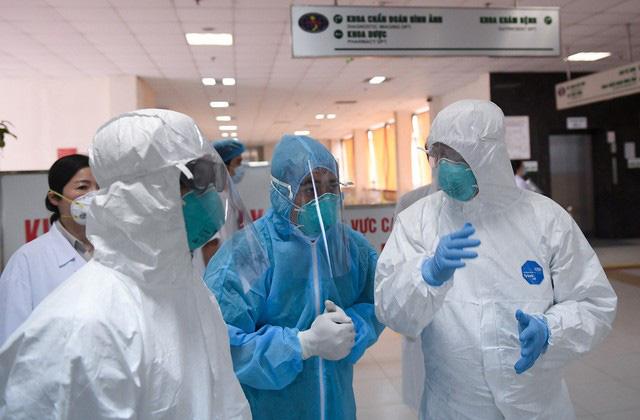 Ảnh: Thứ trưởng Bộ Y tế vào tận phòng cách ly thăm hỏi, động viên bệnh nhân mắc COVID-19 - Ảnh 9.