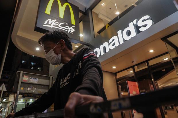 Chúng tôi còn biết đi đâu? - người vô gia cư Hong Kong mất nơi trú ẩn cuối cùng khi loạt cửa hàng McDonalds đóng cửa phòng dịch Covid-19 - Ảnh 1.