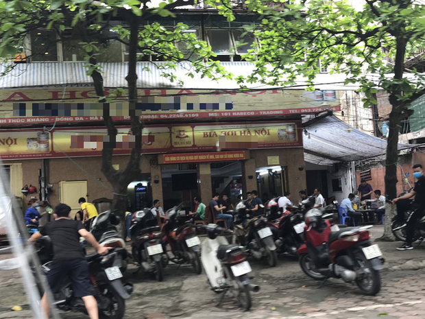 Hà Nội: Hàng loạt quán cafe, quán nhậu vẫn tấp nập mở cửa đón khách bất chấp lệnh đóng cửa để phòng chống COVID-19 - Ảnh 1.