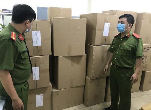 Người nước ngoài thu gom khẩu trang y tế bán sang Malaysia - Ảnh 1.