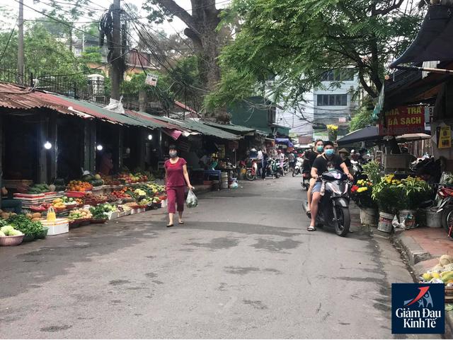 Hoạt động mua sắm tại chợ dân sinh thưa vắng, hàng hóa dồi dào - Ảnh 1.