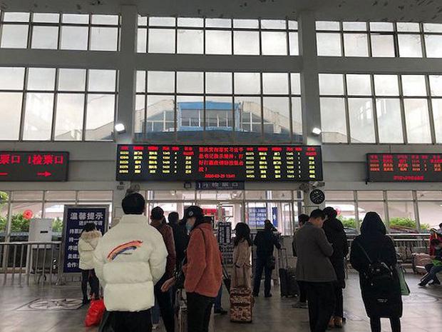 Chuyến tàu quay lại Vũ Hán sau những ngày dịch bệnh: Thông hành bằng mã QR, hành khách còn mặc cả áo mưa và kính bảo hộ - Ảnh 1.
