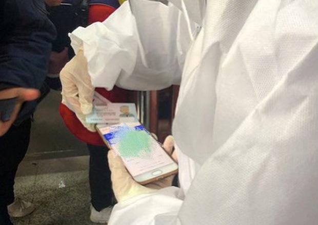 Chuyến tàu quay lại Vũ Hán sau những ngày dịch bệnh: Thông hành bằng mã QR, hành khách còn mặc cả áo mưa và kính bảo hộ - Ảnh 2.