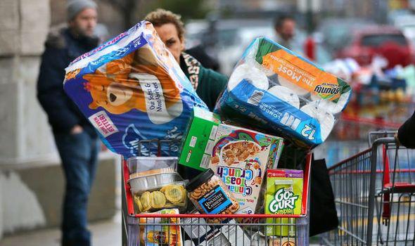 Thực phẩm hết hạn chất đầy thùng rác ở Anh sau cuộc hoảng loạn tích trữ vì COVID-19  - Ảnh 1.