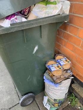 Thực phẩm hết hạn chất đầy thùng rác ở Anh sau cuộc hoảng loạn tích trữ vì COVID-19  - Ảnh 2.
