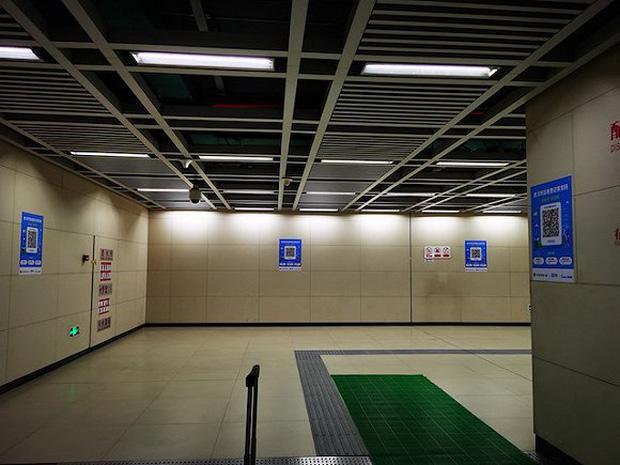 Chuyến tàu quay lại Vũ Hán sau những ngày dịch bệnh: Thông hành bằng mã QR, hành khách còn mặc cả áo mưa và kính bảo hộ - Ảnh 11.