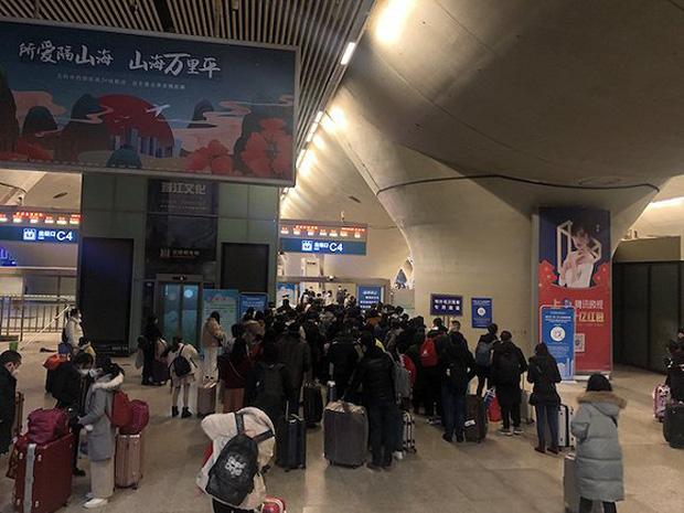 Chuyến tàu quay lại Vũ Hán sau những ngày dịch bệnh: Thông hành bằng mã QR, hành khách còn mặc cả áo mưa và kính bảo hộ - Ảnh 3.
