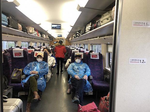 Chuyến tàu quay lại Vũ Hán sau những ngày dịch bệnh: Thông hành bằng mã QR, hành khách còn mặc cả áo mưa và kính bảo hộ - Ảnh 4.