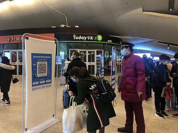 Chuyến tàu quay lại Vũ Hán sau những ngày dịch bệnh: Thông hành bằng mã QR, hành khách còn mặc cả áo mưa và kính bảo hộ - Ảnh 6.