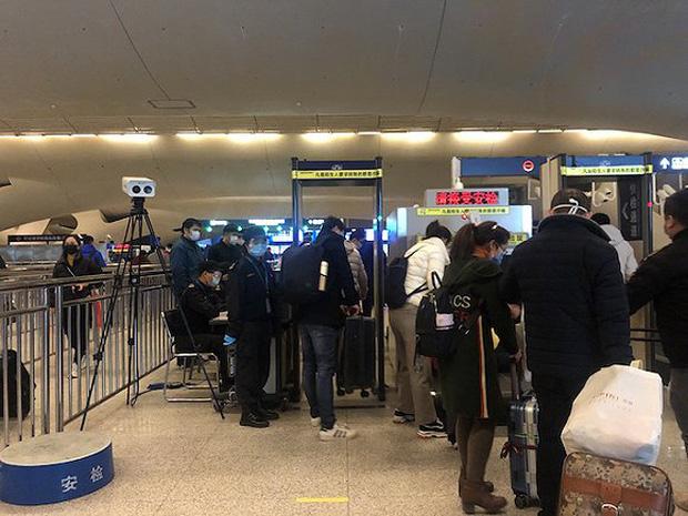 Chuyến tàu quay lại Vũ Hán sau những ngày dịch bệnh: Thông hành bằng mã QR, hành khách còn mặc cả áo mưa và kính bảo hộ - Ảnh 7.