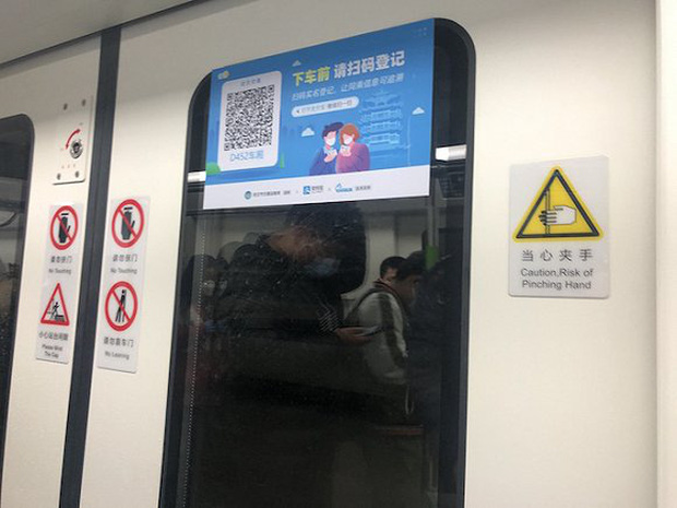 Chuyến tàu quay lại Vũ Hán sau những ngày dịch bệnh: Thông hành bằng mã QR, hành khách còn mặc cả áo mưa và kính bảo hộ - Ảnh 8.