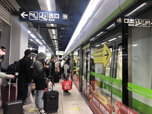 Chuyến tàu quay lại Vũ Hán sau những ngày dịch bệnh: Thông hành bằng mã QR, hành khách còn mặc cả áo mưa và kính bảo hộ - Ảnh 9.