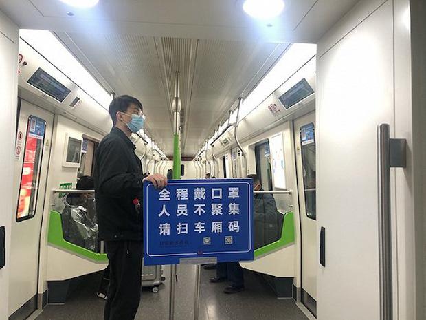 Chuyến tàu quay lại Vũ Hán sau những ngày dịch bệnh: Thông hành bằng mã QR, hành khách còn mặc cả áo mưa và kính bảo hộ - Ảnh 10.