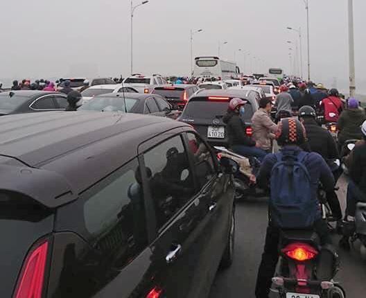 Cầu Vĩnh Tuy tê liệt vì tai nạn giao thông  - Ảnh 2.