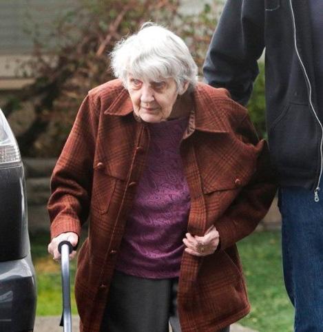 Cuộc gặp gỡ đầy ngậm ngùi: Chồng bị cách ly giữa tâm dịch Covid-19, cụ bà 88 tuổi chỉ có thể thăm chồng qua cửa kính của viện dưỡng lão - Ảnh 1.