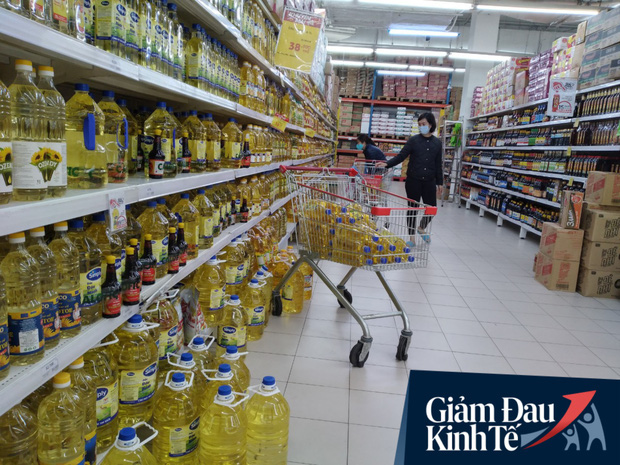 Siêu thị ở Hà Nội vắng người mua ngày đầu cách ly toàn xã hội, áp dụng dựng vách ngăn, dán miếng giữ khoảng cách tránh lây nhiễm Covid-19 - Ảnh 11.