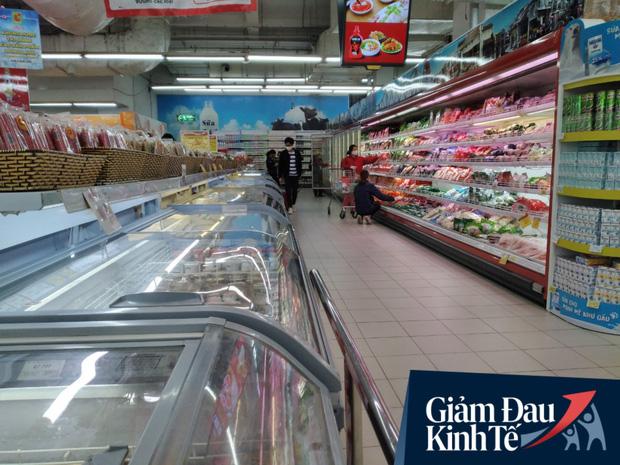 Siêu thị ở Hà Nội vắng người mua ngày đầu cách ly toàn xã hội, áp dụng dựng vách ngăn, dán miếng giữ khoảng cách tránh lây nhiễm Covid-19 - Ảnh 12.