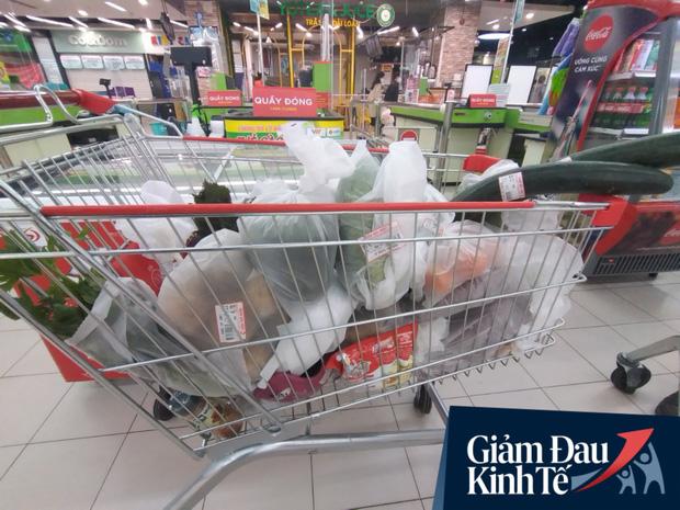 Siêu thị ở Hà Nội vắng người mua ngày đầu cách ly toàn xã hội, áp dụng dựng vách ngăn, dán miếng giữ khoảng cách tránh lây nhiễm Covid-19 - Ảnh 13.